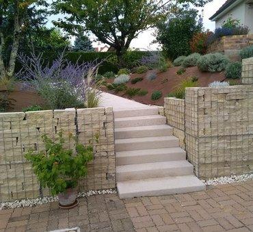 Aménagement du jardin, gabions et escalier en pierre de carrière