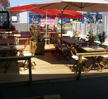 Terrasse de restaurant, jardinières Nevers